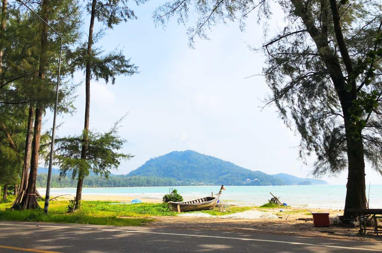 Uitzicht op zee vanaf het Sirinat National Park op Phuket