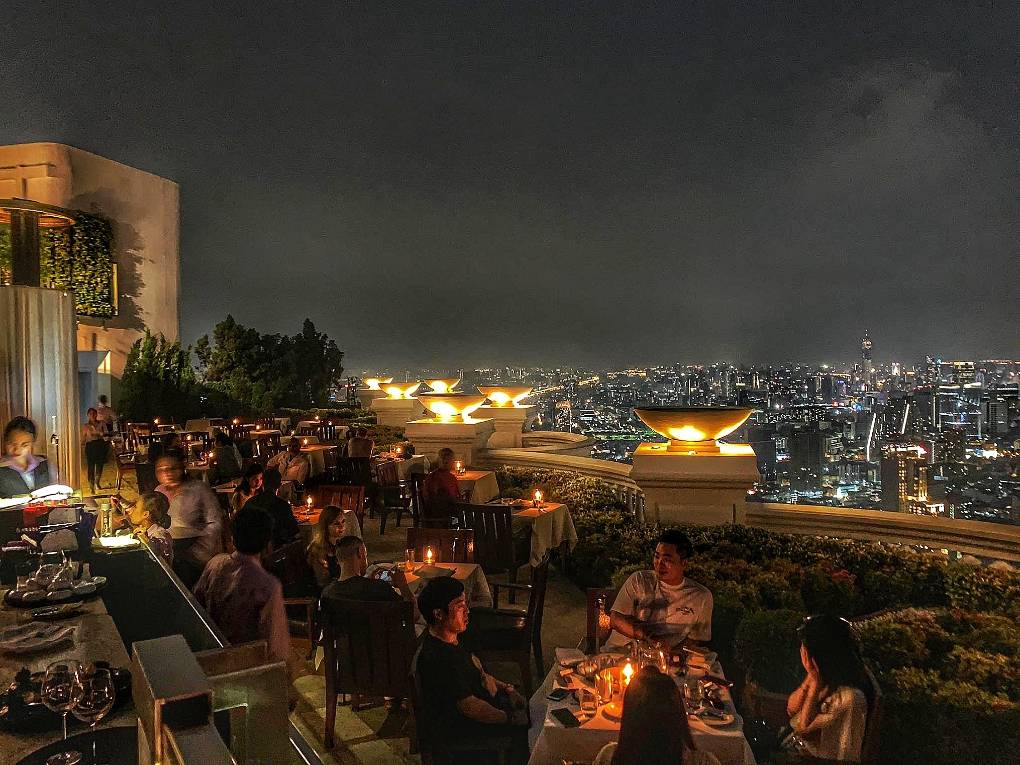 Sirocco & Sky Bar at Lebua in Bangkok, Thailand tijdens de nacht