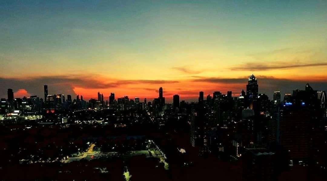 Uitzicht over de sky line van Bangkok vanaf Long Table in het Asok gebied