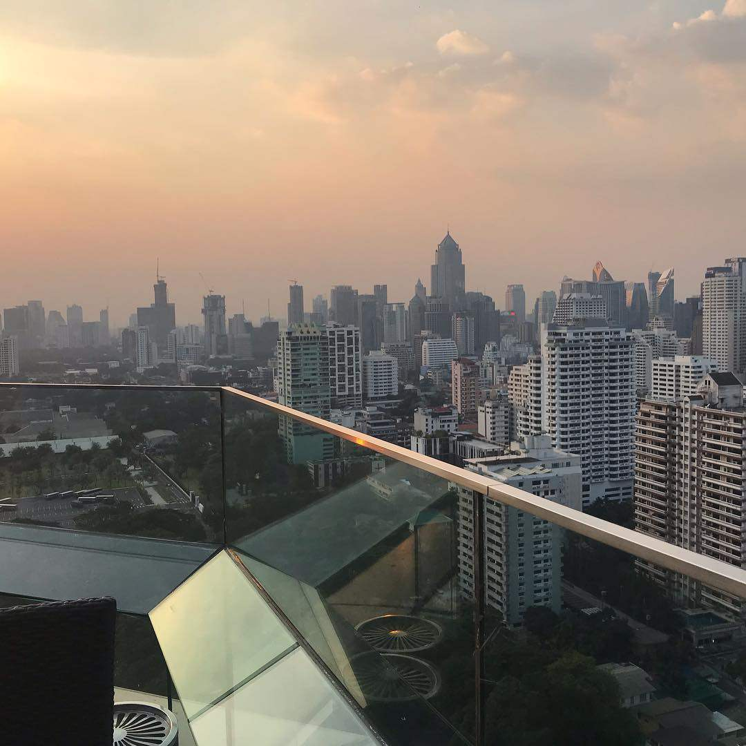 Zonsondergang vanaf Long Table in Asok gebied van Bangkok, Thailand