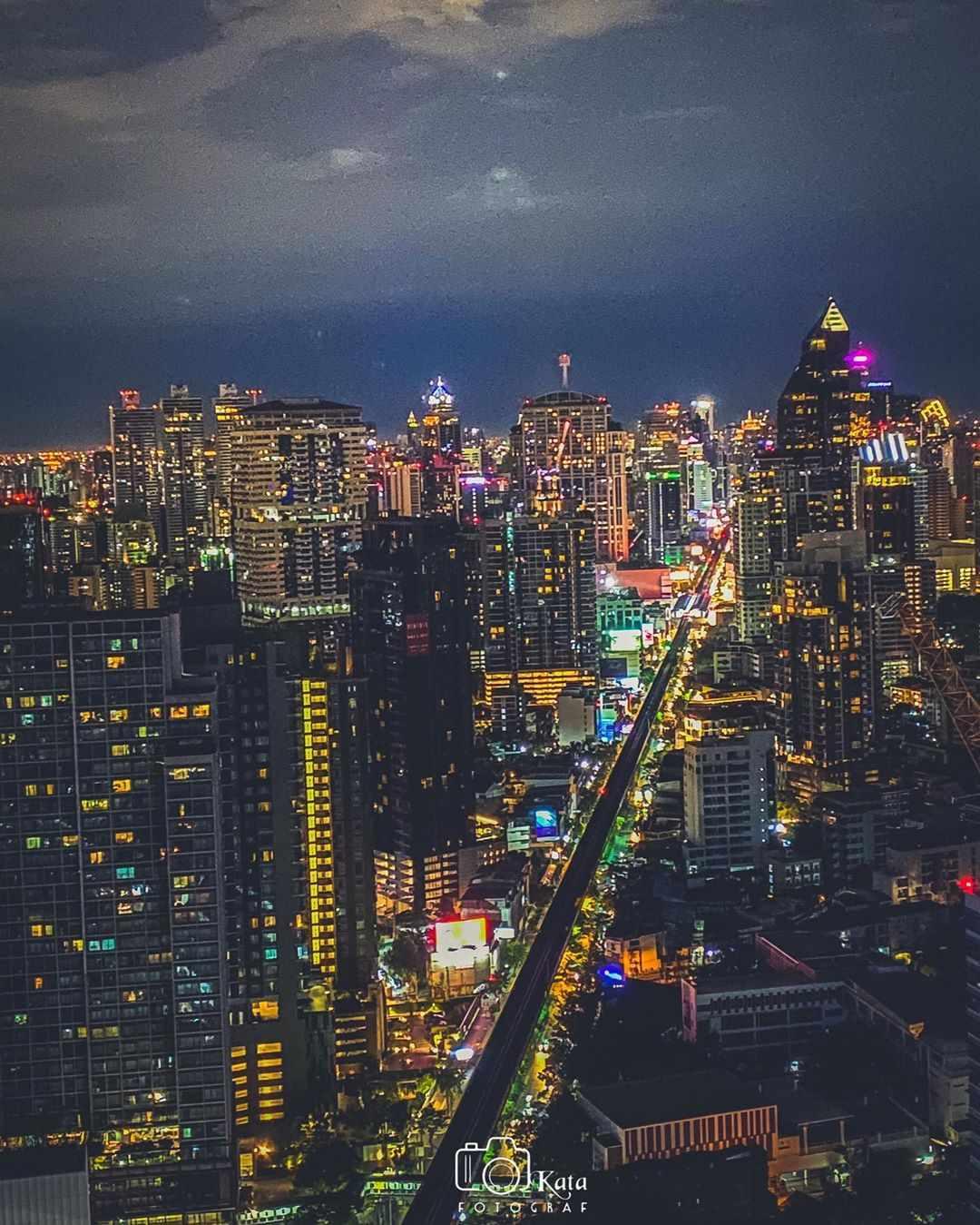 Uitzicht vanaf Octave Rooftop Bar & Lounge tijdens de nacht in Bangkok