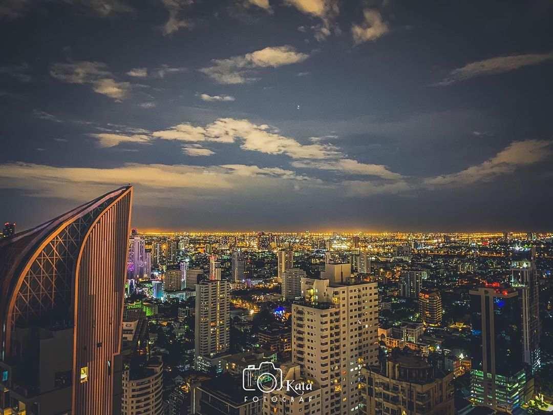 Uitzicht over de sky line van Bangkok gezien vanaf Octave Rooftop Lounge & Bar (Marriott Hotel)