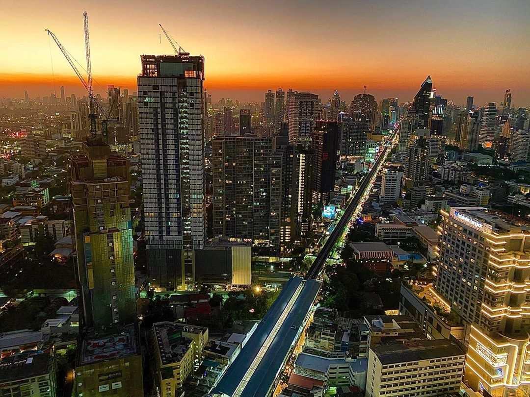 Uitzicht vanaf Octave Rooftop Bar & Lounge tijdens de schemering in Bangkok