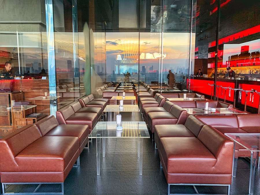 Interieur binnen bij Long Table in Bangkok