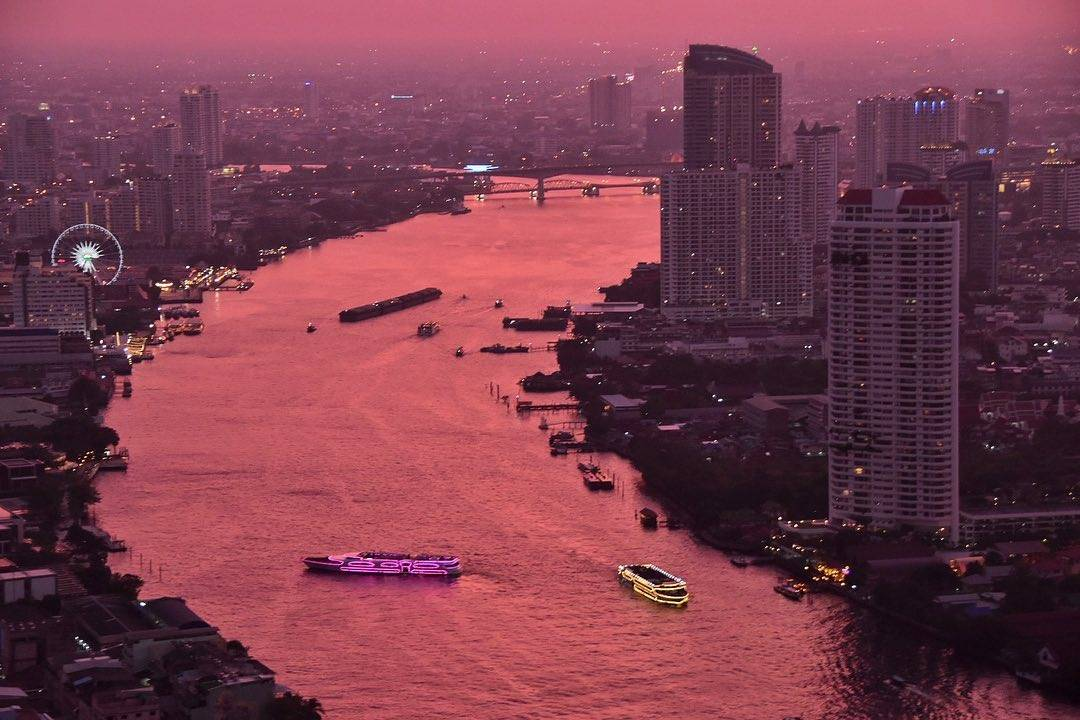 Uitzicht over de Chao Phraya River vanaf Sky Bar @ Lebua in Bangkok