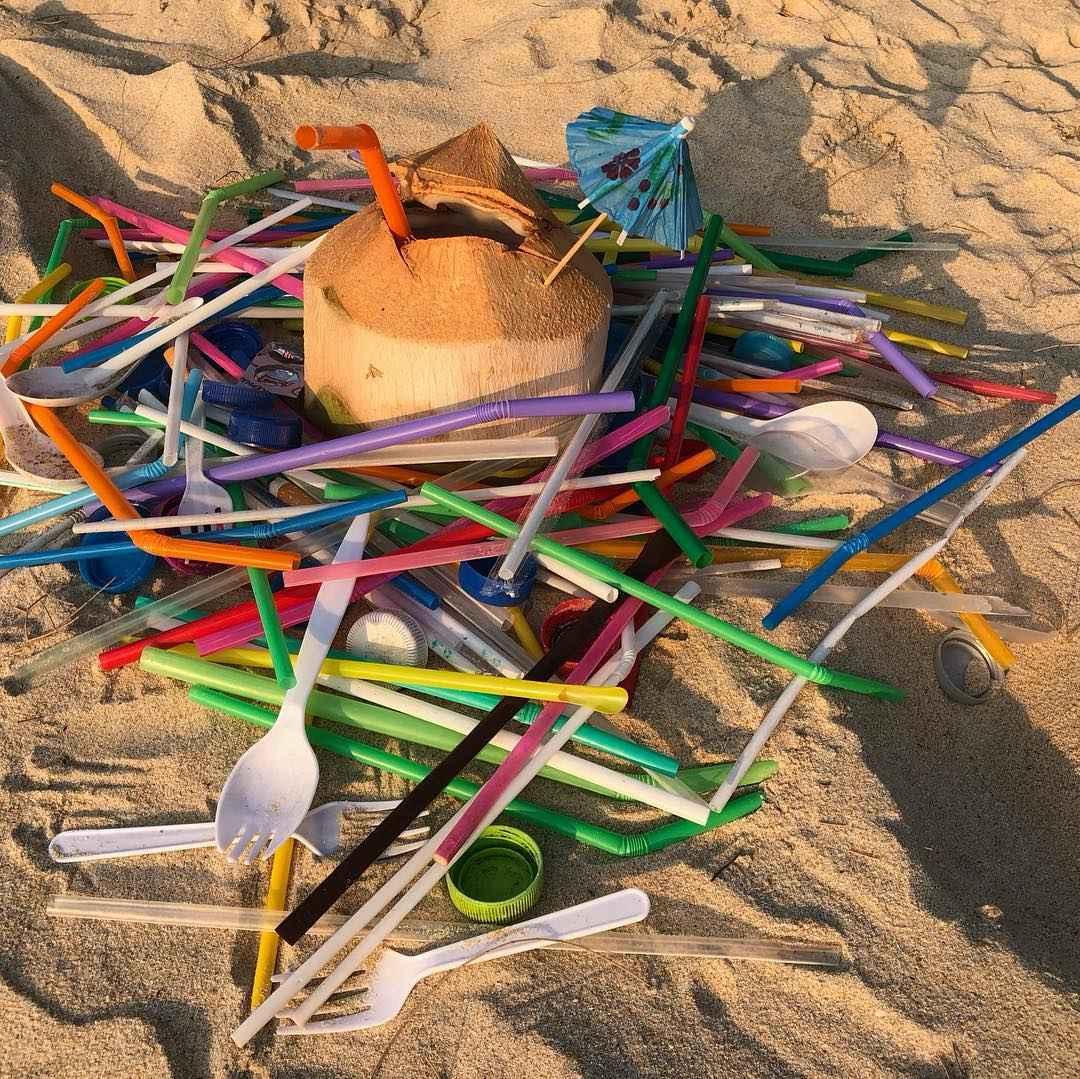 Plastic troep op een strand van het Sirinat National Park