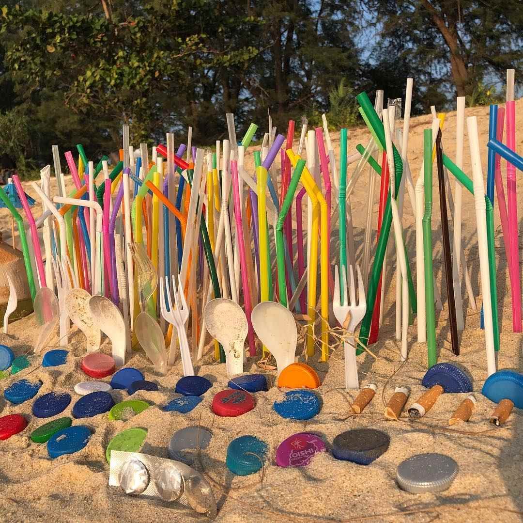 Mooi geordend plastic troep op een strand van het Sirinat National Park