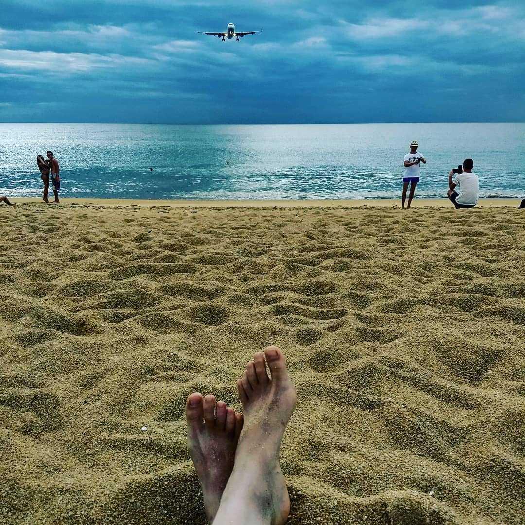 Op een vliegtuig wachten al liggend op Mai Khao Beach