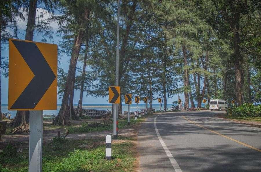 Weg door het Sirinat National Park op Phuket, Thailand