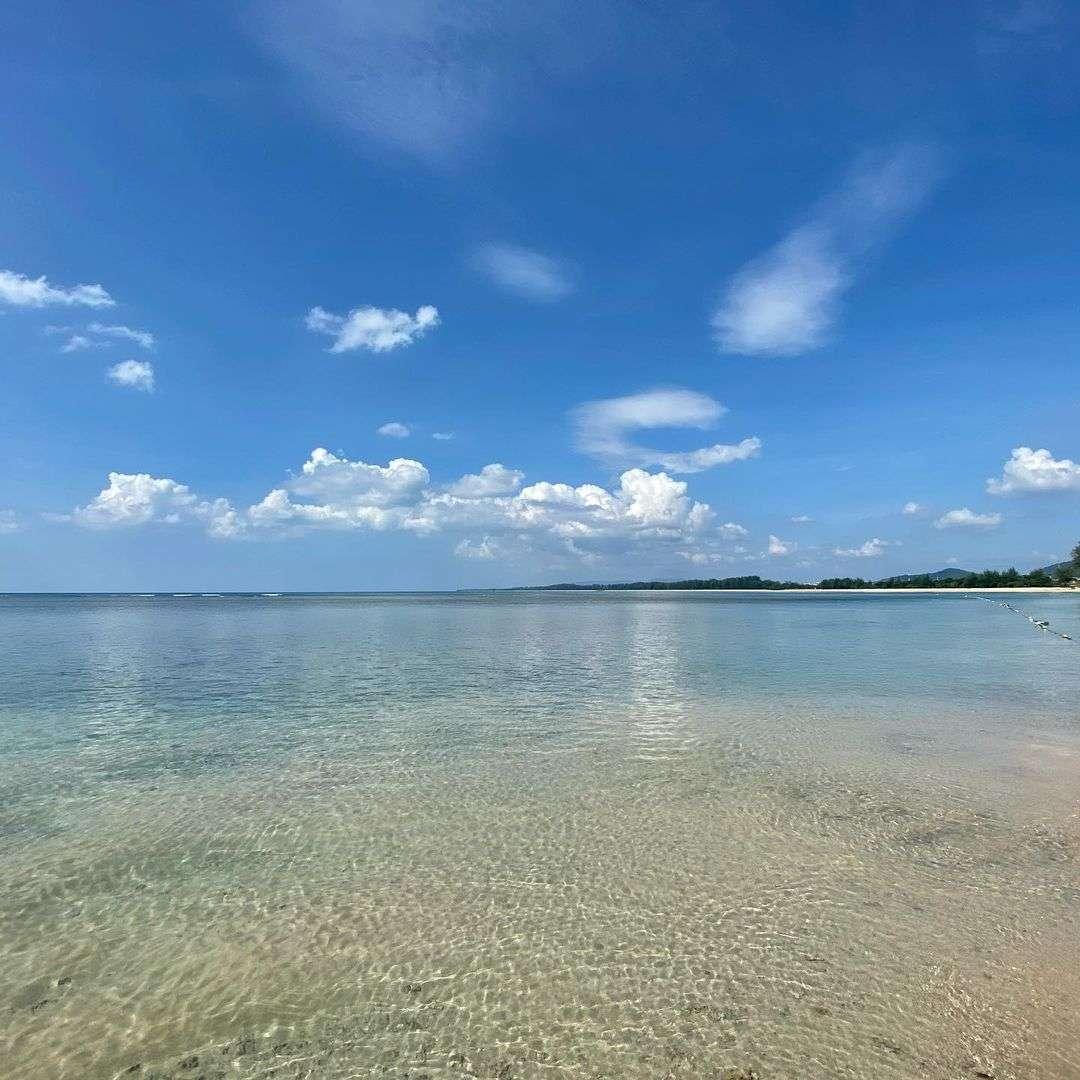 Helder zeewater bij Nai Yang Beach op Phuket