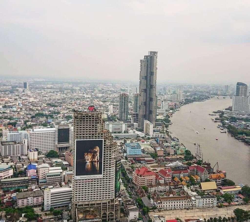 De Chao Phraya River en skyline van Bangkok gezien vanaf de Lebua Tower