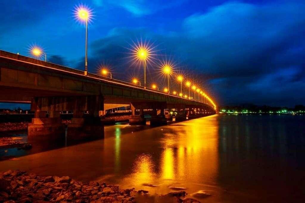 De opgelichte Sarasin Brug van Phuket