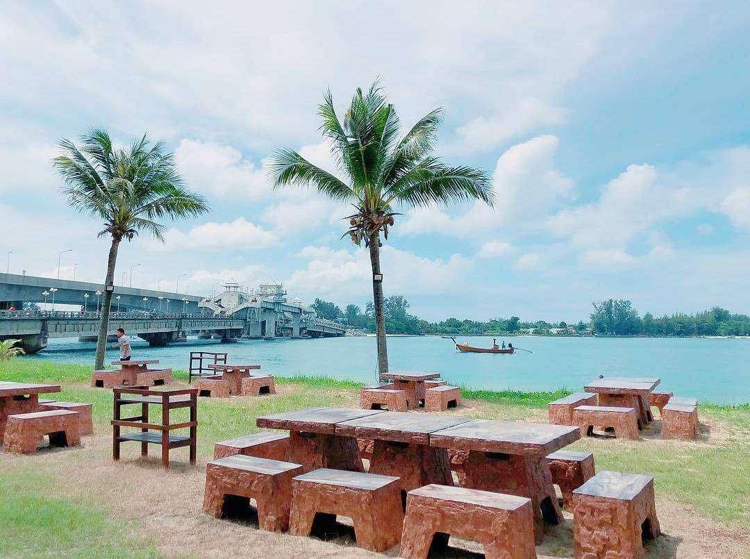 Uitzicht op de Sarasin Brug van Phuket