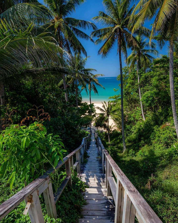 De trap naar Nai Thon Beach op Phuket, Thailand