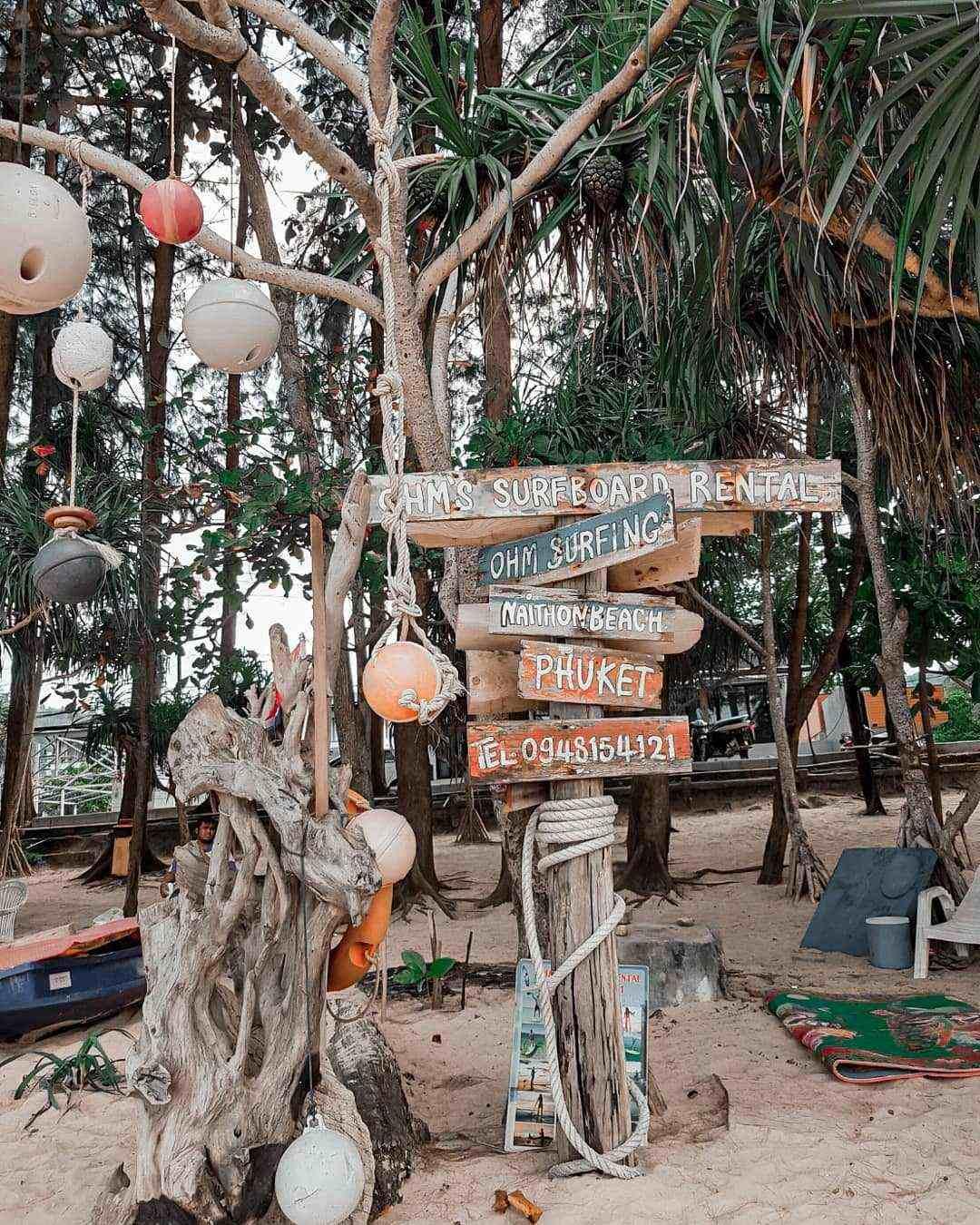 Wegwijzers op Nai Thon Beach