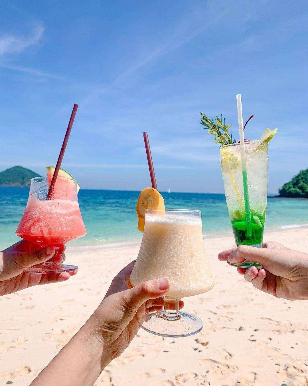 Cocktails op het strand in het noorden van Phuket