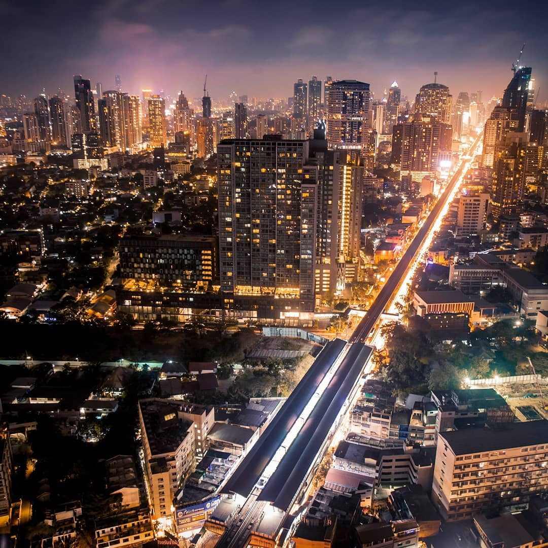 Uitzicht over de BTS en Skyline van Bangkok vanaf Octave
