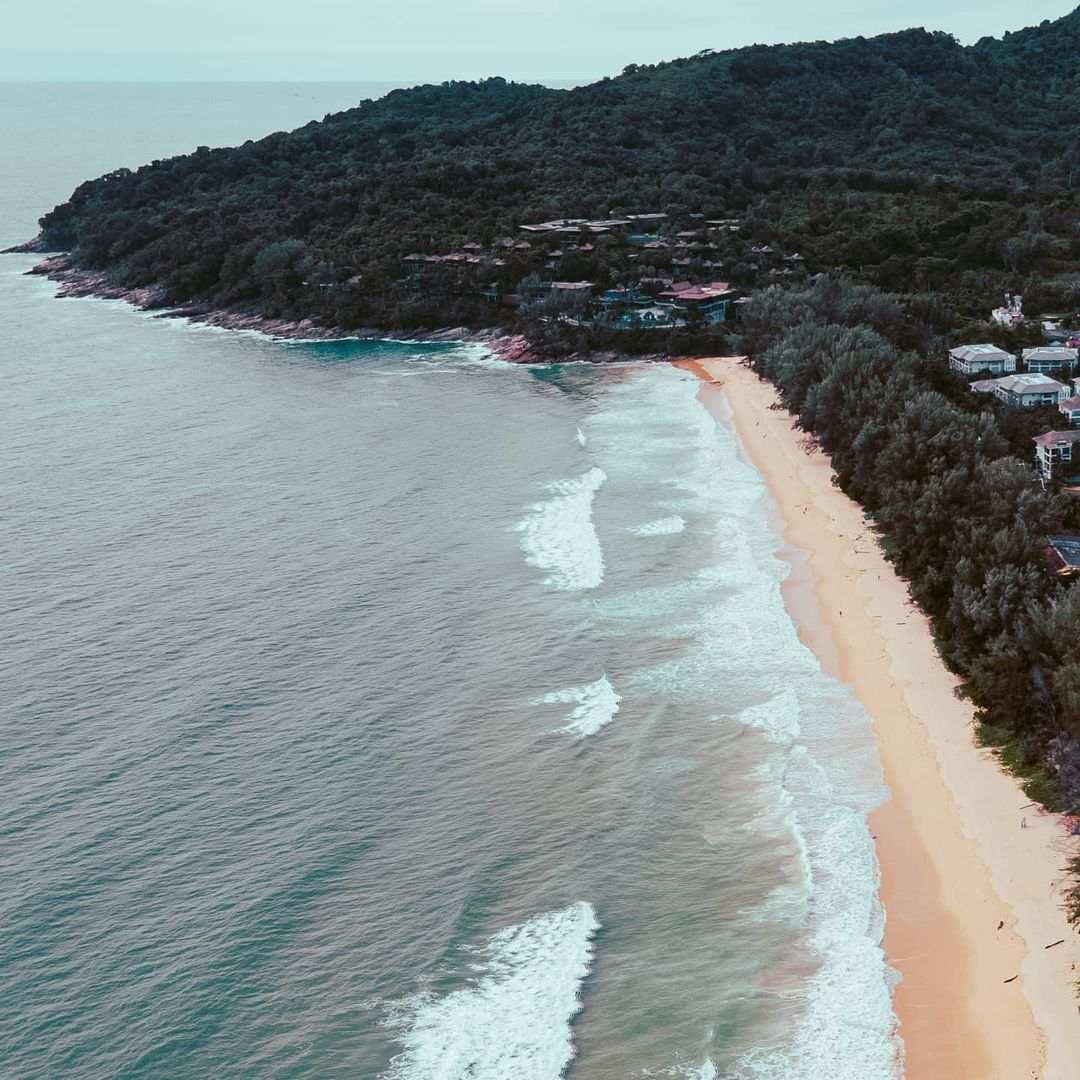 Nai Thon Noi Beach in het noorden van Phuket gezien vanuit een drone