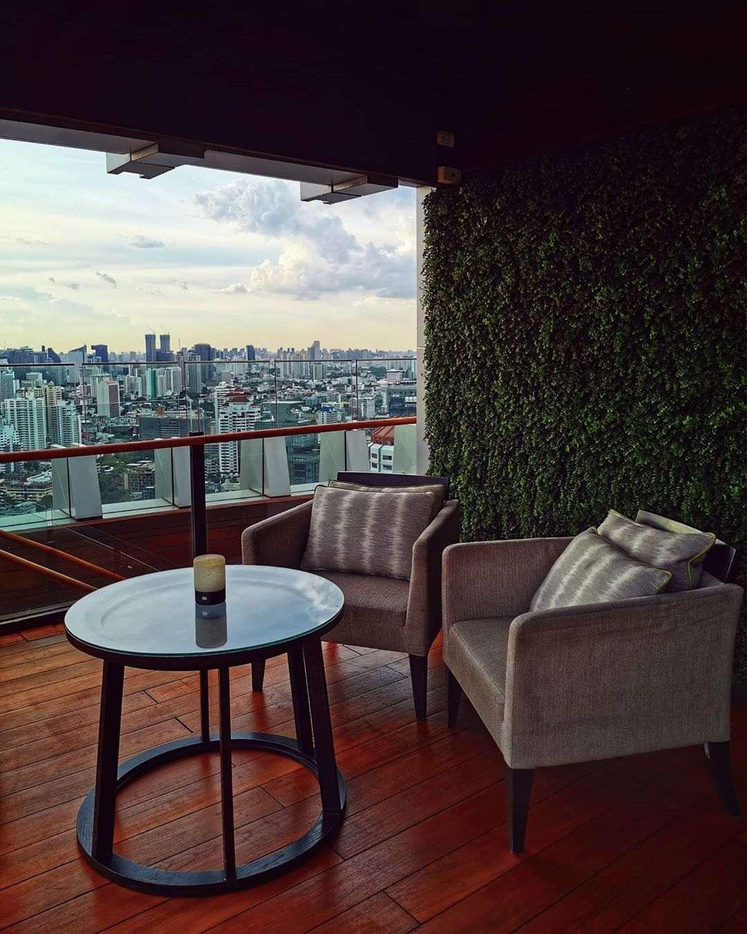 Tafeltje en twee stoelen bij Octave Rooftop Bar & Lounge in Bangkok