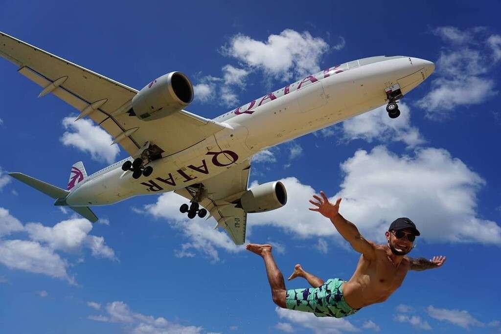 Iemand waarvan het lijkt dat hij net uit een vliegtuig is gesprongen (op Mai Khao Beach, Phuket)