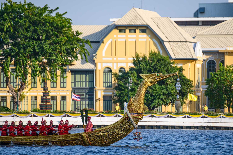 De koninklijke schuit Suphannahong over de Chao Phraya River in Bangkok, Thailand