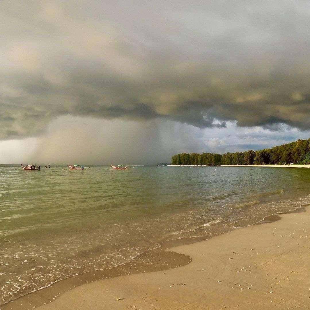 Fikse regenbui op Mai Khao Beach