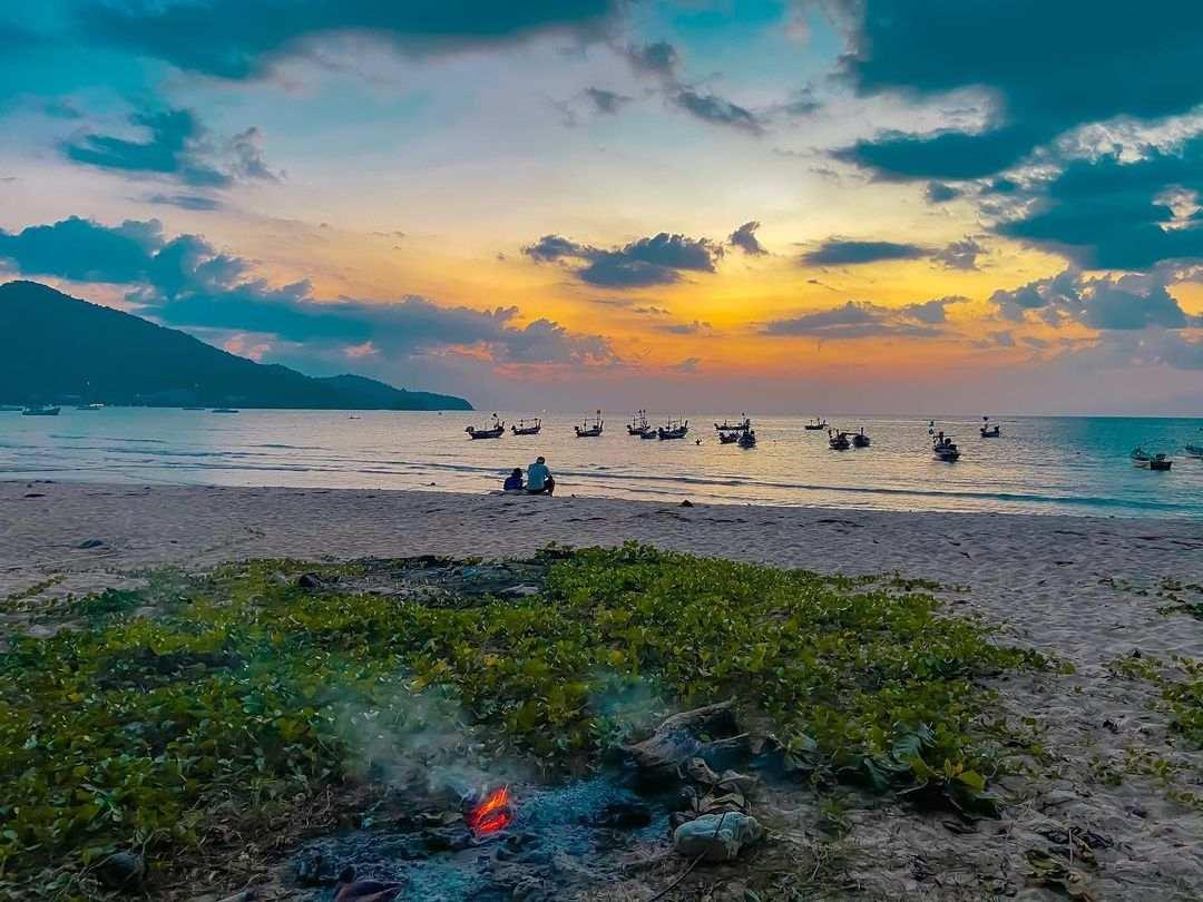 Zonsondergang op het strand van Nai Yang op Phuket