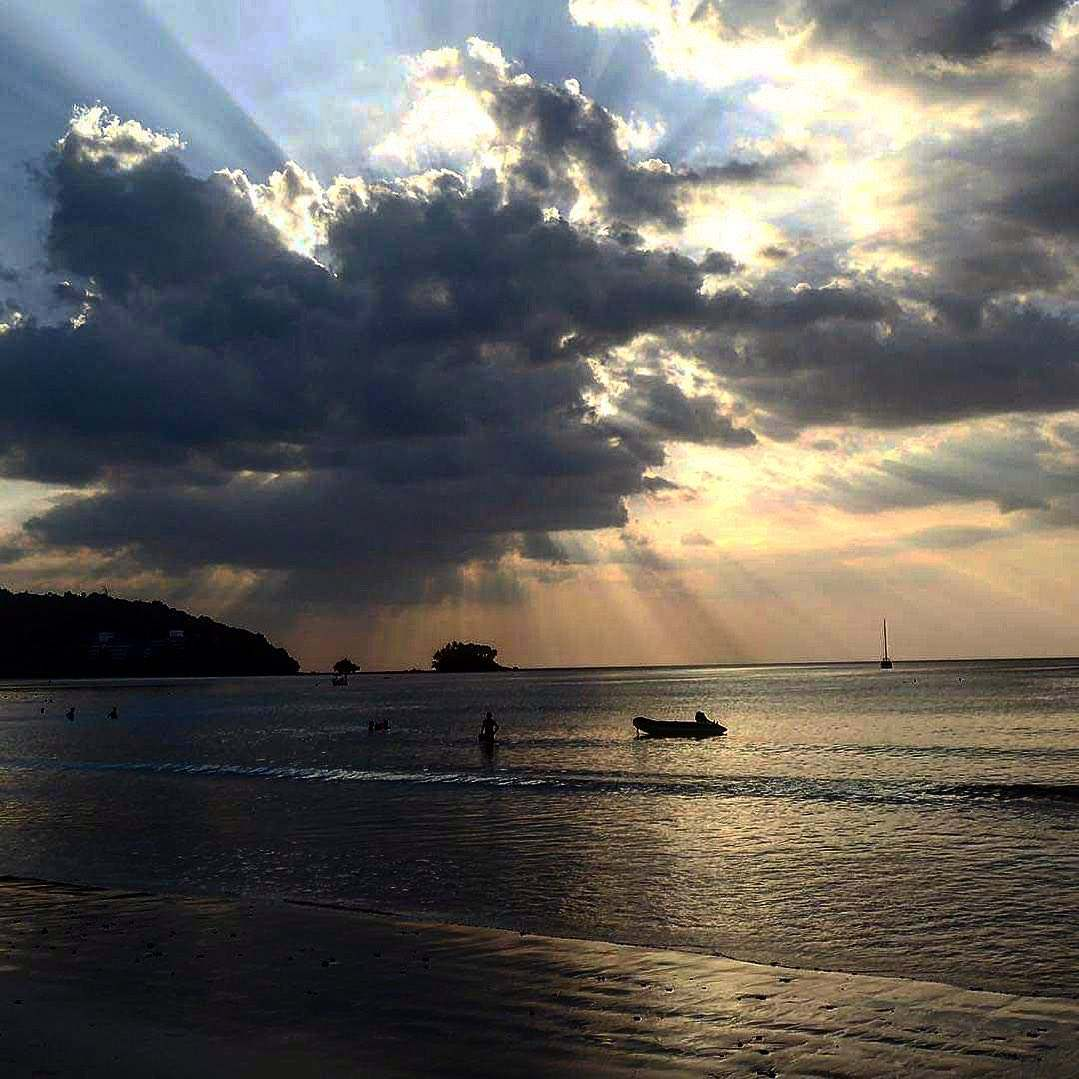 Zonsondergang boven Nai Yang Beach op Phuket