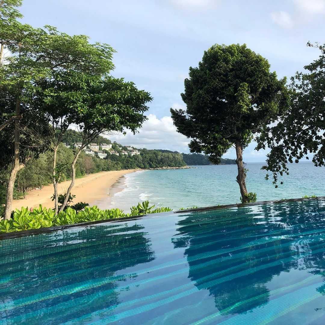 Het strand van Nai Ton Beach gezien vanaf het zwembad van het Pullman Arcadia op Phuket