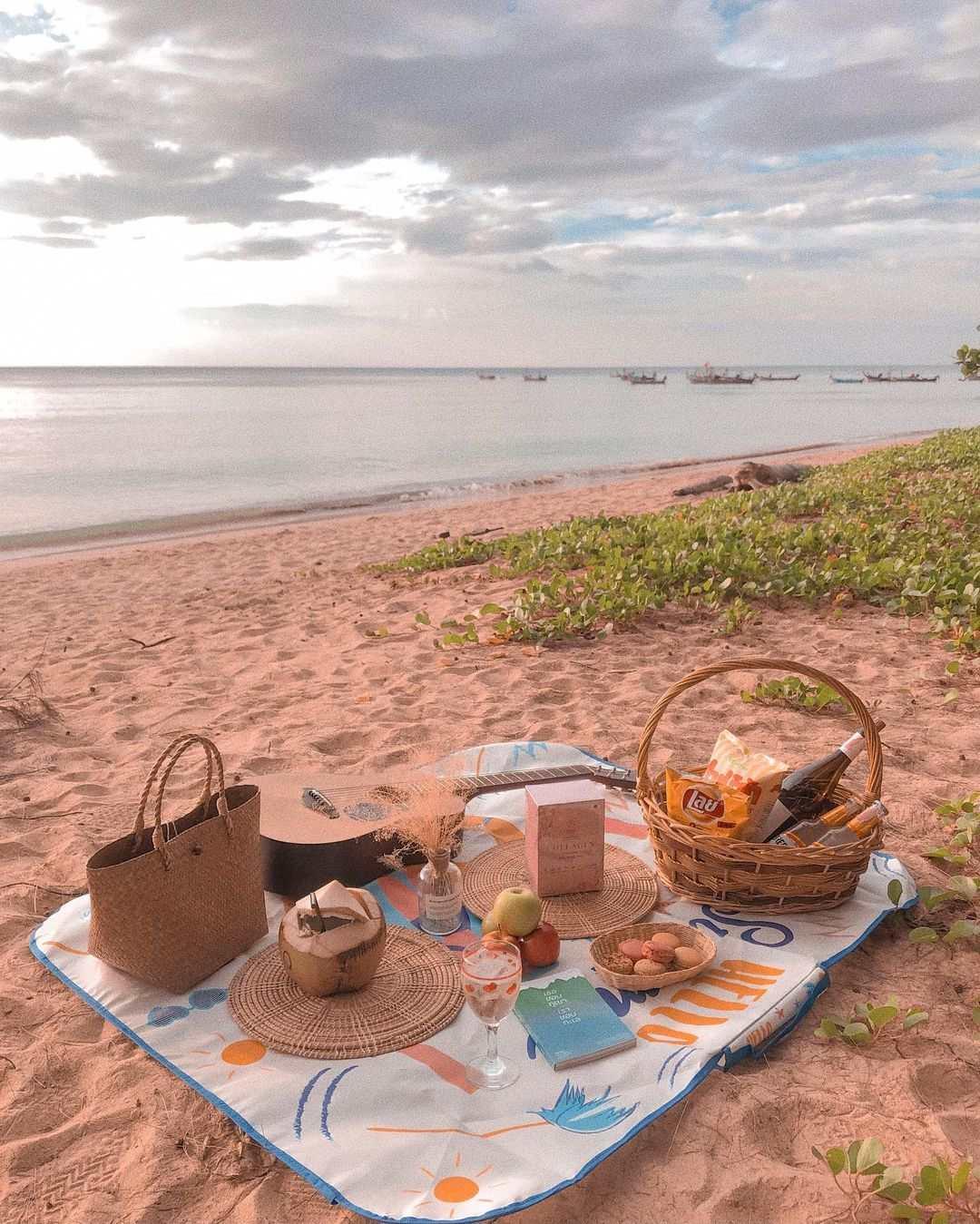 Picknick op het zand van Nai Yang Beach op Phuket