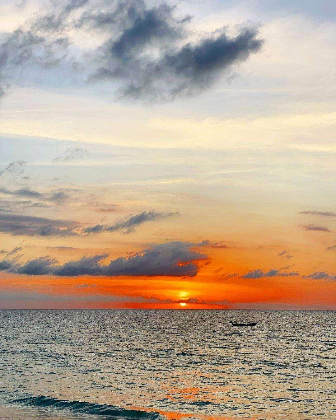 Zonsondergang boven Nai Thon Beach op Phuket, Thailand