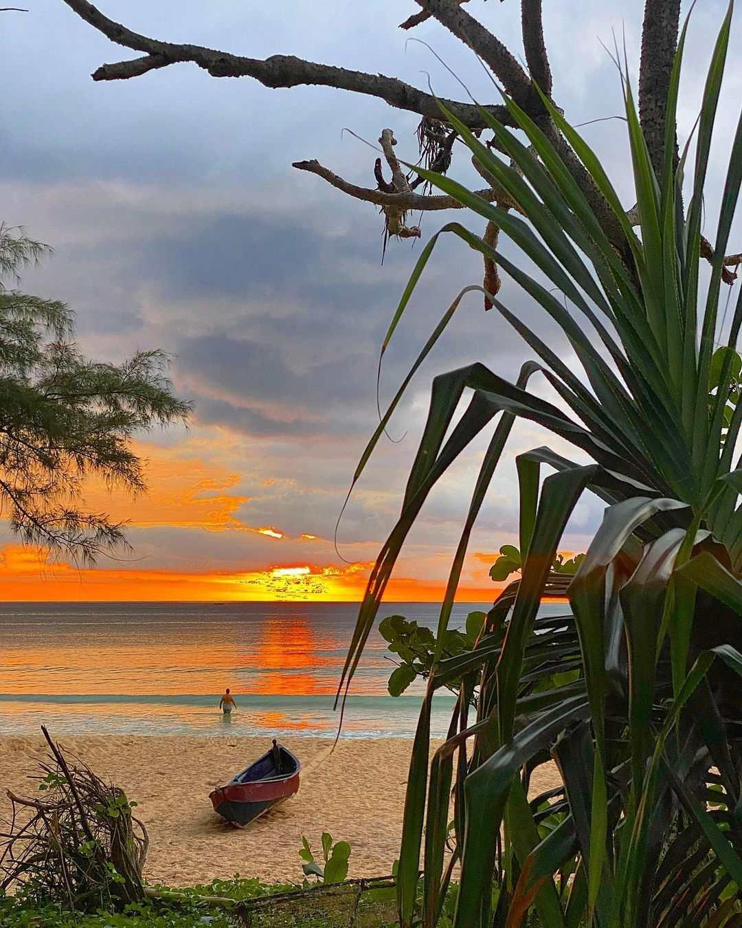 Zon gaat onder boven Nai Thon Beach op Phuket