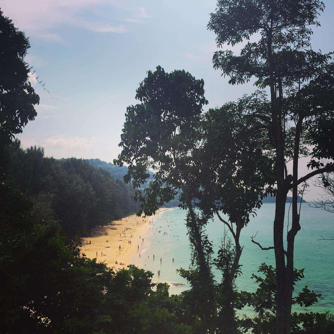 De baai van Nai Thon Beach gezien vanaf het Pullman Arcadia Phuket