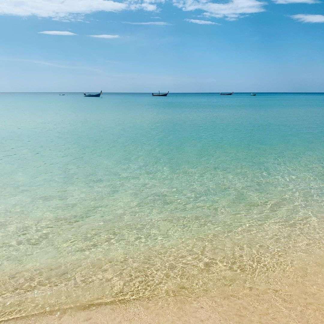 Het heldere blauwe zeewater van Nai Thon Beach op Phuket