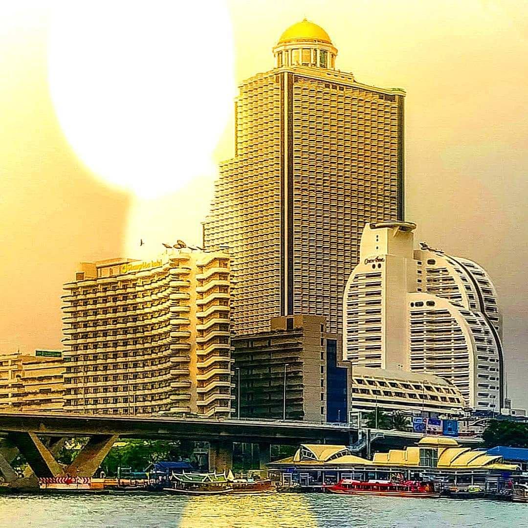 De Lebua toren in Bangkok met de karakteristieke dome op het dak