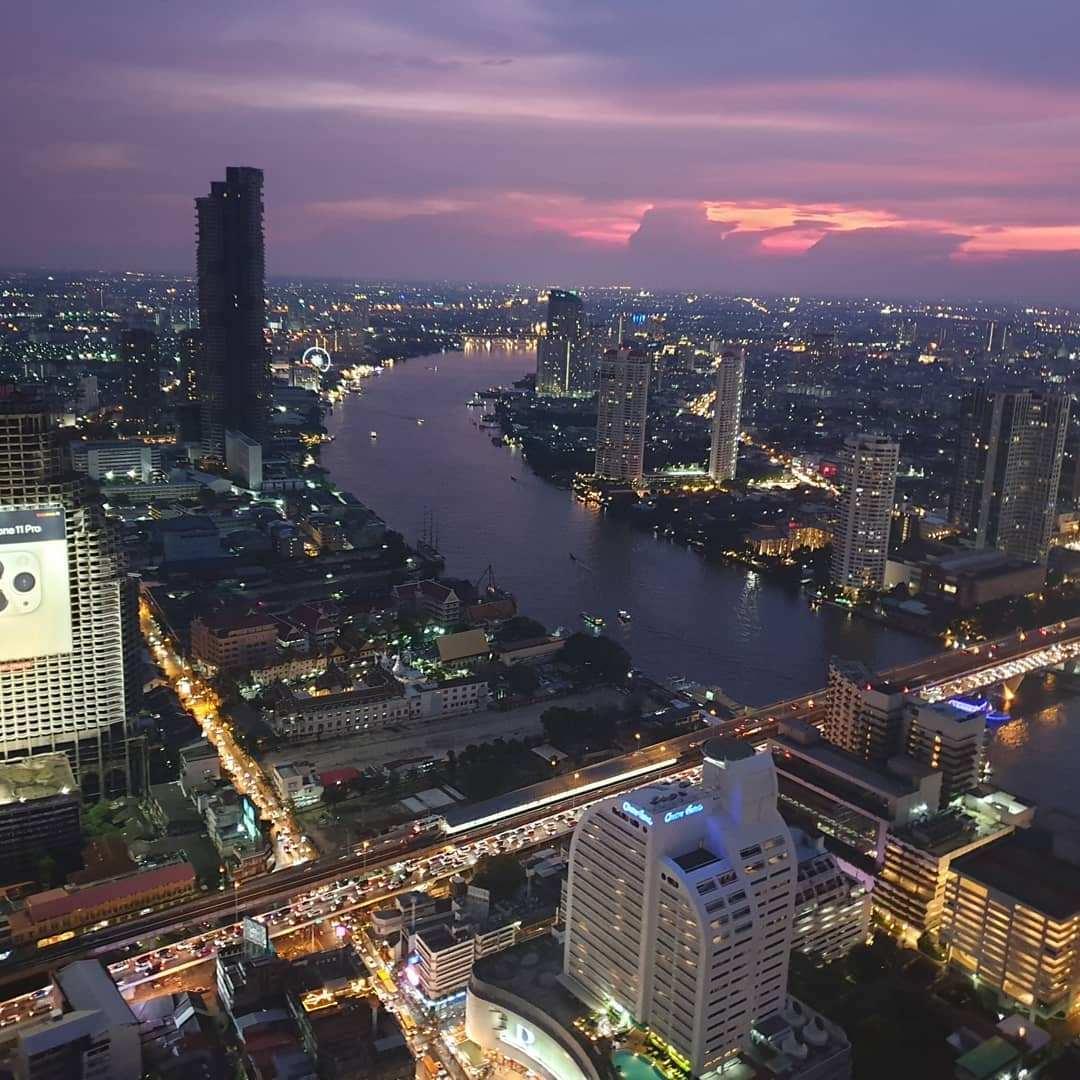 Uitzicht over de Chao Phraya River vanaf Sky Bar @ Lebua