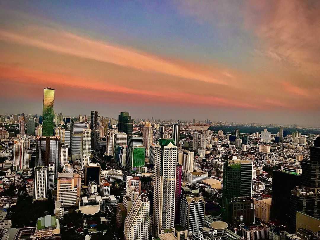 Uitzicht over de sky line van Bangkok vanaf Sirocco at Lebua