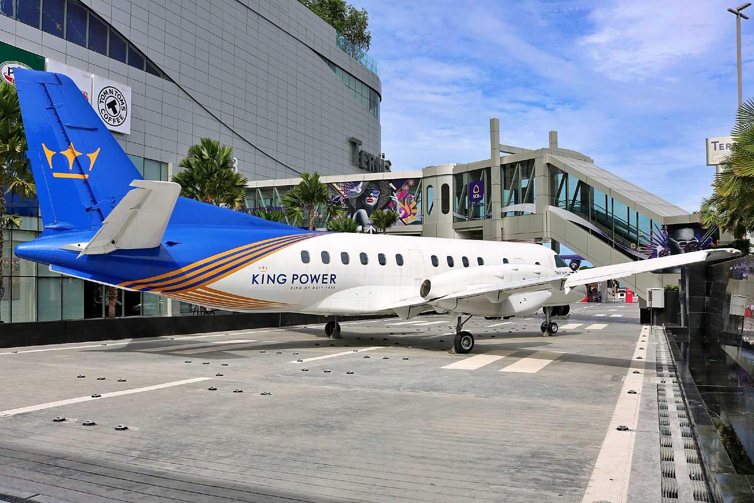 Vliegtuig op landingsbaan voor Terminal 21 in Pattaya