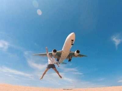 Een Vliegtuig Laag Boven Het Strand Van Mai Khao Op Phuket