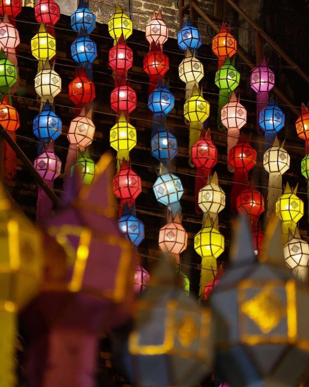 Gekleurde lampionnen op het Yi Peng Festival in Chiang Mai, Thailand