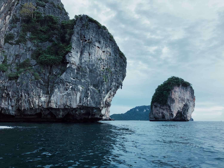 Kalksteenrotsen in de zee van rond Koh Phi Phi