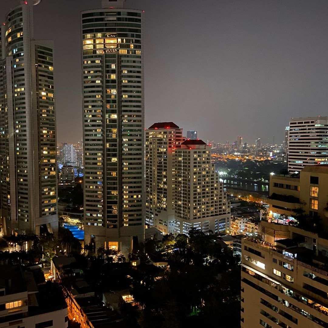 Uitzicht tijdens de nacht vanaf 1826 Mixology & Rooftop Bar (Rembrandt Hotel & Suites Bangkok)