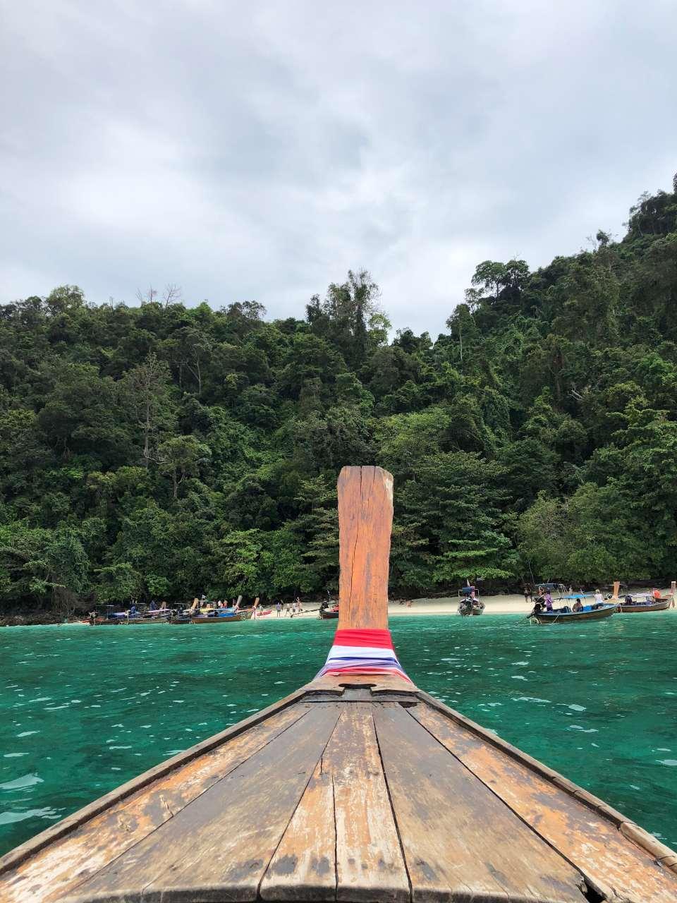 Aankomst met de longtailboot op Koh Ngai