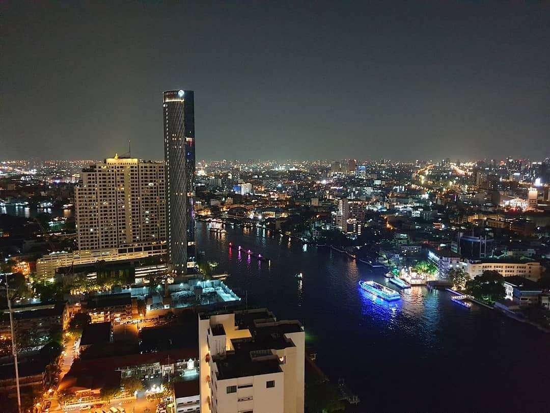 Uitzicht vanaf ThreeSixty Jazz Lounge and Rooftop Bar (Millennium Hilton Bangkok) over de Chao Phraya rivier s nachts