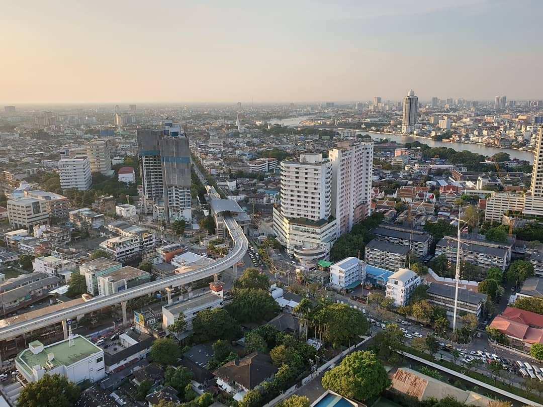 Uitzicht vanaf ThreeSixty Jazz Lounge and Rooftop Bar (Millennium Hilton Bangkok) over de skyline van Bangkok overdag