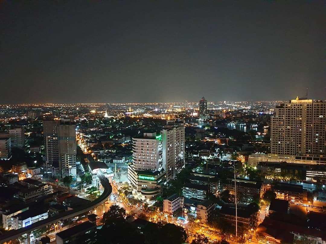 Uitzicht vanaf ThreeSixty Jazz Lounge and Rooftop Bar (Millennium Hilton Bangkok) over de skyline van Bangkok s nachts