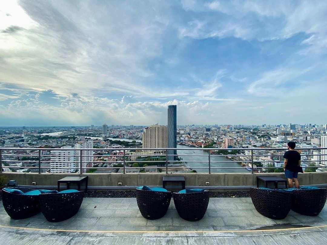 Zitgedeelte buiten bij ThreeSixty Jazz Lounge and Rooftop Bar (Millennium Hilton Bangkok)