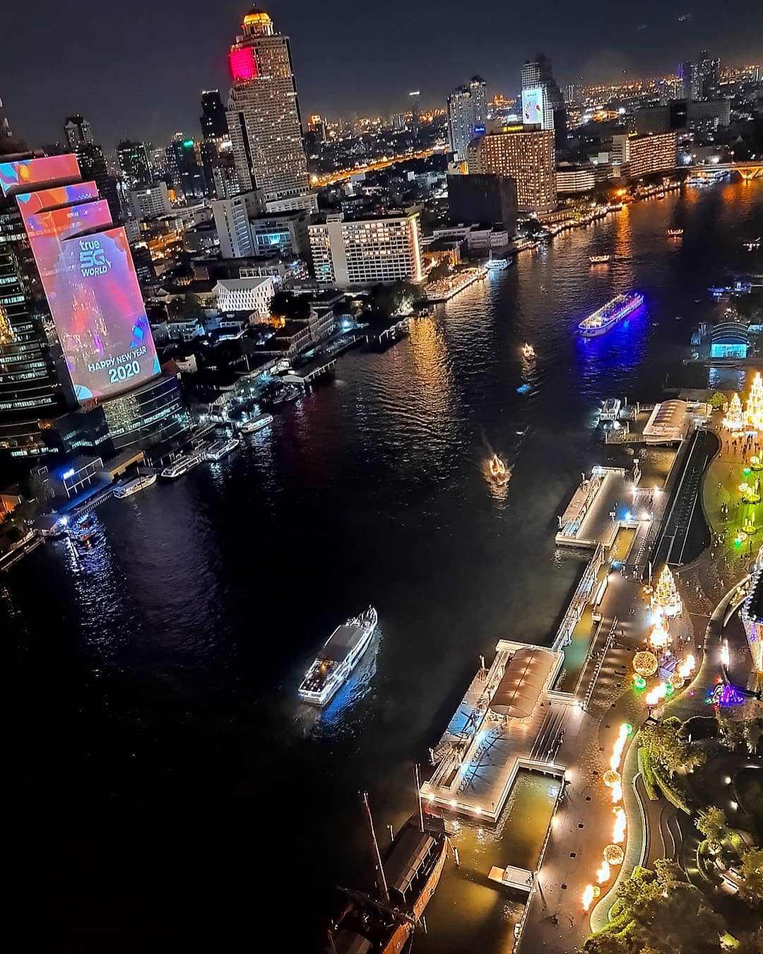 Uitzicht ThreeSixty Jazz Lounge and Rooftop Bar / Millennium Hilton Bangkok over de Chao Phraya rivier