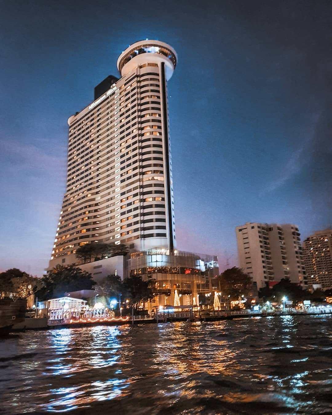 Het Millennium Hilton Bangkok langs de Chao Phraya rivier