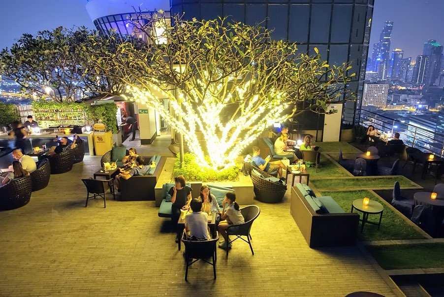 Verlichte boom op de ThreeSixty Jazz Lounge and Rooftop Bar van het Millennium Hilton Bangkok